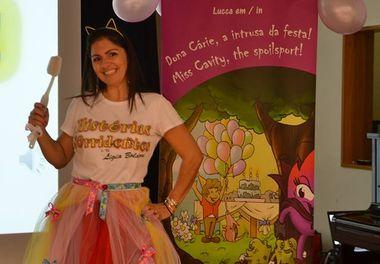"""Colégio Bernardette Romeira recebe a """"Dona Cárie, a intrusa da festa/ Miss Cavity, the spoilsport"""" durante a feira do livro"""